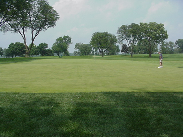Like Oakmont, the putting green is attached to a green. The putting green starts at the slight slope that runs from back to front behind the player practising.