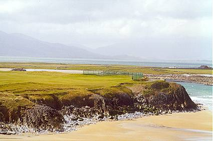 The stunning 2nd at Tralee doglegs right along the cliffs.
