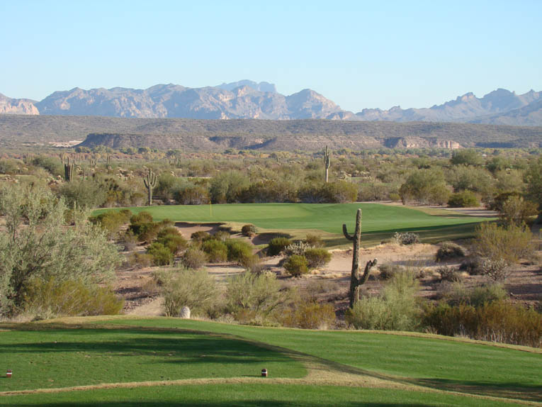 What a view from the fifteenth tee! The Superstition Mountains loom 15 to 30 miles in the distance. A 'normal' size green of some 6,000 to 7,000 square foot would woefully undermine the majestic scale of this setting.