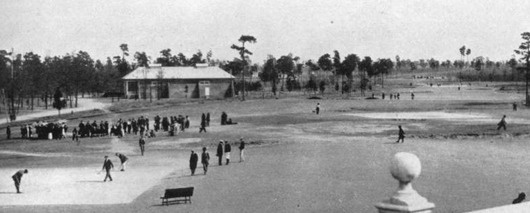 Long lines on the first tee of No. 2 - Golf Illustrated 1915