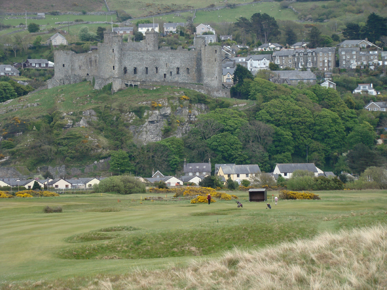 Campbell quite correctly moved the tee away from the beach path, benched it into the dune line, and lined play up to the one-of-a-kind backdrop of Harlech Castle. This gentle left to right bend in the fairway is balanced against the thirteenth's which plays from right to left.