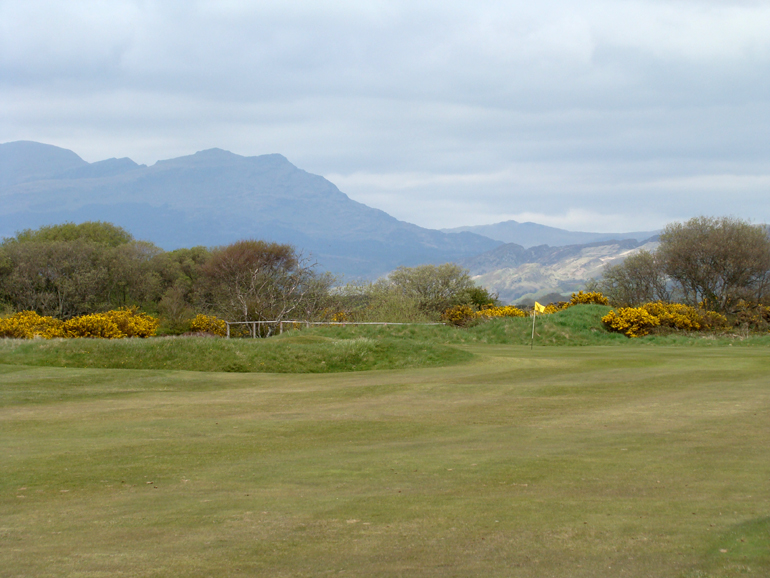 … here the altogether more cheerful approach from the right edge of the fairway.